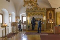 Suzdal Ryssland -06 11 2015 Relikerna av St Sophia av Suzdal - frun Ivan Grozny - i den Zachatievsky kyrkan Guld- Ring Travel Arkivfoto