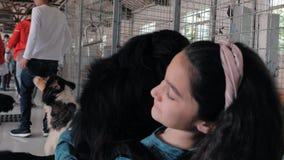Suzhou, Κίνα - 4 Μαΐου 2019: Κινηματογράφηση σε πρώτο πλάνο του νέου κοριτσιού που αγκαλιάζει και που το εγκλωβισμένο περιπλανώμε απόθεμα βίντεο