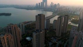 Suzhou, China - 1º de abril de 2019: Tiro aéreo sobre prédios de apartamentos residenciais no por do sol Tiro aéreo sobre a comun video estoque