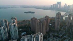 Suzhou, China - 1? de abril de 2019: Tiro a?reo sobre pr?dios de apartamentos residenciais no por do sol Tiro a?reo sobre a comun video estoque