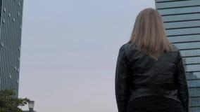 Suzhou, China - 3 de diciembre de 2018: Backview de la mujer europea joven que mira rascacielos en centro de la ciudad almacen de video