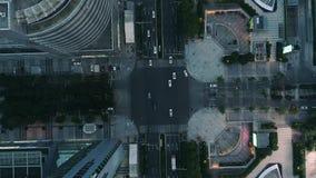 Suzhou, China - 12 de junio de 2019: Abejón aéreo tirado de cruce en la ciudad, los coches y los autobuses conduciendo por la ave almacen de video