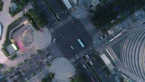 Suzhou, China - 12 de junio de 2019: Tiro giratorio del abejón aéreo del cruce en la ciudad, los coches y los autobuses conducien almacen de video