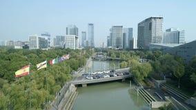 Suzhou, China - 1 de noviembre de 2018: Tiro aéreo del centro de la ciudad del distrito financiero almacen de metraje de vídeo