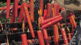 Suzhou, China - 10 de octubre de 2018: Velas ardiendo en templo budista La gente fijó velas y los palillos del incienso almacen de video