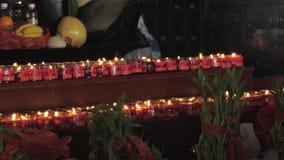 Suzhou, China - 10 de octubre de 2018: velas sagradas en monasterio budista almacen de metraje de vídeo
