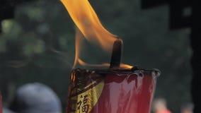Suzhou, China - 10 de outubro de 2018: Close-up de velas ardentes no templo budista video estoque