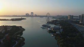 Suzhou, China - 6 de outubro de 2018: Opinião aérea do zangão prédios de escritórios e Ferris Wheel modernos novos bonitos no por filme