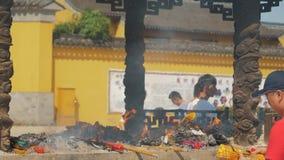 Suzhou, China - 10 de outubro de 2018: Papel de queimadura do incenso para oferecer o deus chinês no templo chinês O pessoa queim video estoque