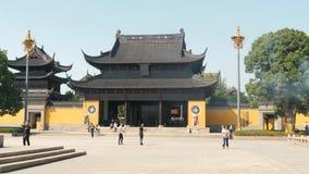 Suzhou, China - 10 de outubro de 2018: Povo chinês que anda perto do templo budista video estoque