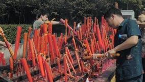 Suzhou, China - 10 de outubro de 2018: Velas de queimadura no templo budista Os povos ajustaram velas e varas do incenso filme