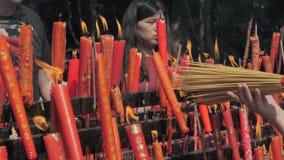 Suzhou, China - 10 de outubro de 2018: Velas de queimadura no templo budista Os povos ajustaram velas e varas do incenso vídeos de arquivo