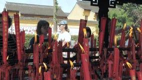 Suzhou, China - 10 de outubro de 2018: Velas de queimadura no templo budista Os povos ajustaram velas e varas do incenso video estoque