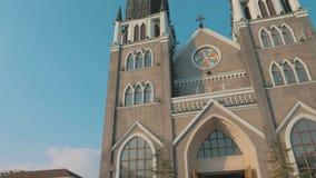 Suzhou, China - December 10, 2018: Stedicam bewegend schot van voorzijde van de kerk met twee torenspitsen en blauwe hemel op stock footage