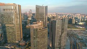 Suzhou, China - 10. Dezember 2018: Antenne über modernen Geschäftsbürogebäuden auf Sonnenuntergang, Wolkenkratzer, finanziell stock video footage