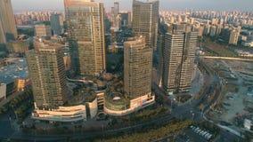 Suzhou, China - 10. Dezember 2018: Antenne über modernen Geschäftsbürogebäuden auf Sonnenuntergang, Wolkenkratzer, finanziell stock video