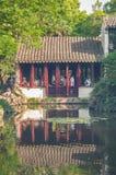 SUZHOU, CHINA - MEI 28.2017: Chinees paviljoen door vijver Royalty-vrije Stock Afbeeldingen