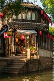 SUZHOU, CHINA - MEI 28.2017: koffiewinkel in traditionele Chinees Stock Foto's
