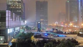 Suzhou, Chine - 10 janvier 2017 : Vue de fenêtre de ville de nuit pendant les chutes de neige, bâtiments de ville en chutes de ne banque de vidéos
