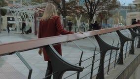 Suzhou Chiny, Kwiecie?, - 10, 2019: M?oda dziewczyna w czerwonym ?akiecie chodzi przez nowo?ytnej ulicy w chi?skim mie?cie zbiory wideo