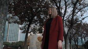 Suzhou Chiny, Kwiecie?, - 10, 2019: M?oda dziewczyna w czerwonym ?akiecie chodzi przez nowo?ytnej ulicy w chi?skim mie?cie zdjęcie wideo