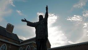 Suzhou Chiny, Listopad, - 10, 2018: Stedicam strzał jezus chrystus z otwartymi rękami przesuwa niebo, przeciw światłu słonecznemu zbiory