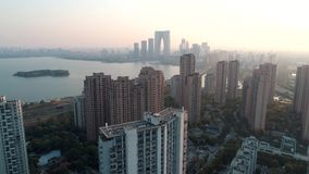 Suzhou, Cina - 1° aprile 2019: Colpo aereo sopra le costruzioni di appartamento residenziali sul tramonto Colpo aereo sopra la co video d archivio