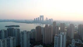 Suzhou, Cina - 1? aprile 2019: Colpo aereo sopra le costruzioni di appartamento residenziali sul tramonto Colpo aereo sopra la co video d archivio