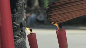 Suzhou, Cina - 10 ottobre 2018: Candele brucianti in tempio buddista La gente ha messo le candele ed i bastoni di incenso video d archivio