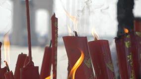 Suzhou, Cina - 10 ottobre 2018: Candele brucianti in tempio buddista La gente ha messo le candele ed i bastoni di incenso stock footage