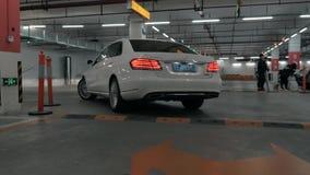 Suzhou Kina - April 10, 2019: den tillbaka sikten av den moderna bilen lämnar parkeringsplatsen stock video