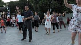Suzhou Kina - Juli 1, 2018: Kinesiskt folk som dansar och ?var Sund traditionell dans f?r livstil p? en stad arkivfilmer