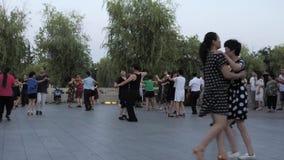 Suzhou Kina - Juli 1, 2018: Kinesiskt folk som dansar och ?var Sund traditionell dans f?r livstil p? en stad lager videofilmer