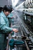 Suzhou Kina - May 10 2016: arbetare i den siden- fabriken, fru Lieu Royaltyfria Foton