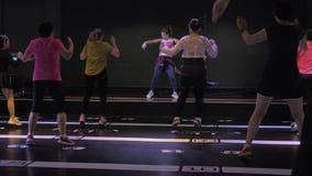 Suzhou Kina - November 6, 2018: Kvinnor av olika åldrar med lagledaren som studerar zumbadansbeståndsdelar, i att dansa grupp arkivfilmer