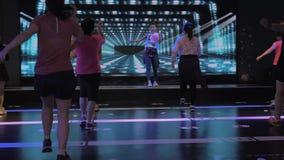 Suzhou Kina - November 6, 2018: Kvinnor av olika åldrar med lagledaren som studerar zumbadansbeståndsdelar, i att dansa grupp lager videofilmer