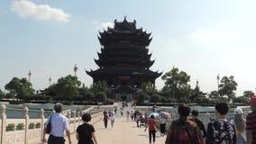 Suzhou Kina - Oktober 10, 2018: Det kinesiska folket förbigår bron till den buddistiska templet stock video