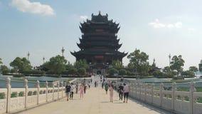 Suzhou Kina - Oktober 10, 2018: Det kinesiska folket förbigår bron till den buddistiska templet arkivfilmer