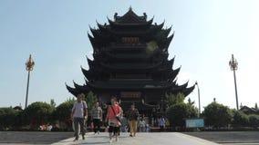 Suzhou Kina - Oktober 10, 2018: Det kinesiska folket förbigår bron till den buddistiska templet lager videofilmer