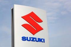 Suzuki-Logo auf einer Platte Lizenzfreies Stockbild