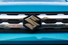 Suzuki Motor-bedrijfsembleem op blauwe auto Stock Foto