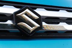 Suzuki Motor-bedrijfsembleem op blauwe auto Royalty-vrije Stock Afbeelding