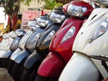 Suzuki Scooters som är till salu bredvid en Honda, shoppar i Indien royaltyfria foton
