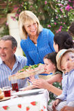 Słuzyć Rodzinnego Posiłek starsza Kobieta Zdjęcia Royalty Free