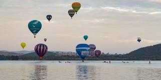 Svälla anblicken, ballonger som flyger över den sjöBurley gripen, MARS 12TH 2017 CANBERRA australasian Arkivbild