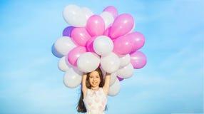 sväller flickan little Sommarferier, beröm, lycklig liten flicka för barn med färgrika ballonger Stående av royaltyfri foto
