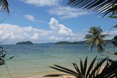 Svänga eller vagga hängning på himmel för den härliga nuturen för kokospalmen blå och skugga på kohMak-stranden Trad Thailand arkivfoto