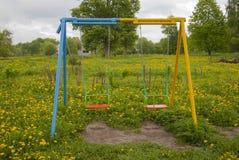 Svänga för barn, tomt, mot en bakgrund arkivfoto