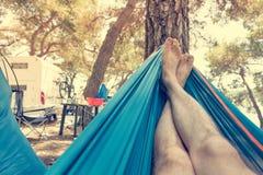 Svänga i en hängmatta och tycka om att campa som är utomhus- royaltyfria foton