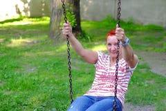 Svänga på lekplats för sommar för kedjebarn` s arkivfoton